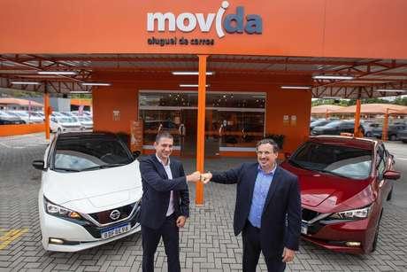 Nissan Leaf chega à frota da Movida com 50 unidades. Na foto, os presidentes da Movida e da Nissan.