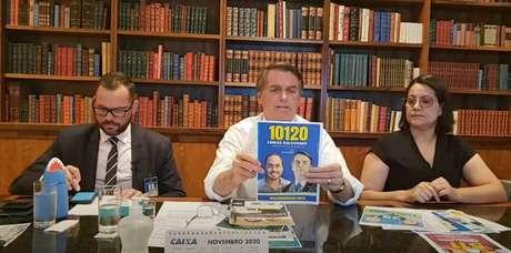 O presidente Jair Bolsonaro pede votos para o filho Carlos, candidato a vereador no Rio, durante transmissão ao vivo