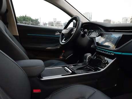 Interior do Arrizo 6 tem acabamento de couro e cromados junto com três telas digitais.