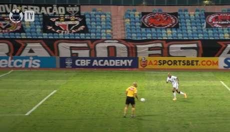 Fábio Santos converteu a penalidade e empatou a partida (Divulgação/Corinthians TV)