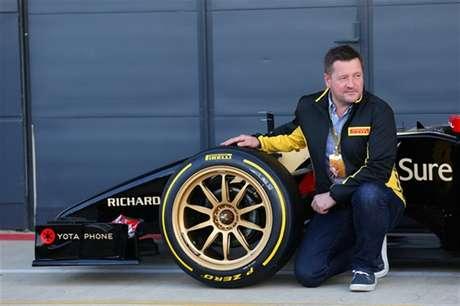 Paul Hembery, então diretor da Pirelli para a F1, ao lado do pneu de 18 polegadas, testado em 2014