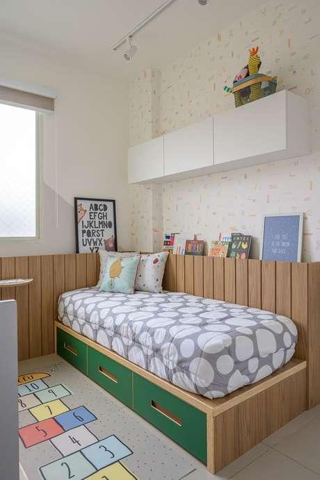 16. Cabeceira infantil madeira ao redor da cama – Via: Elefante Design para Pequenos