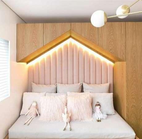20. Cabeceira infantil planejada com armários e luzes – Via: Revista VD