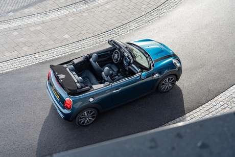 Capota do Mini Cooper Cabrio Sidwalk abre ou fecha em 18 segundos.