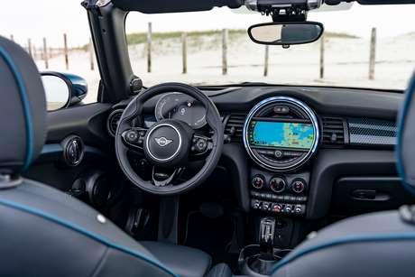 Interior do Mini Cooper Cabrio Sidewalk: conectividade completa.