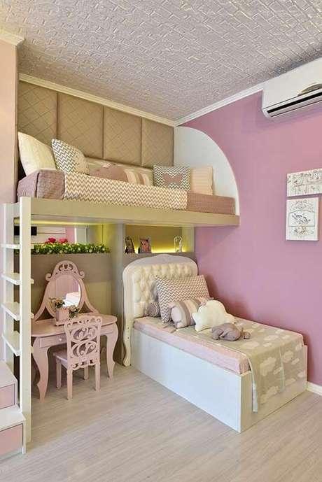 31. Quarto infantil com beliche planejada e cabeceira infantil estofada – Via: Casa Abril