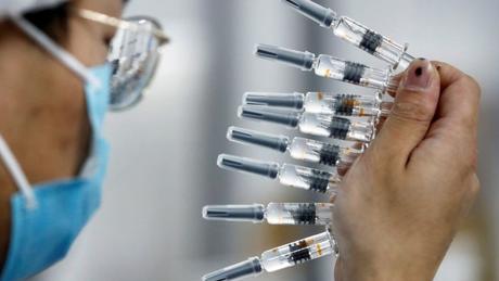 Funcionário da Sinovac em Pequim; paralisação de testes com vacina chinesa no Brasil foi alvo de controvérsias e diferentes versões