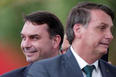 Senador Flávio Bolsonaro e o pai, o presidente Jair Bolsonaro, em Brasília 21/11/2019 REUTERS/Ueslei Marcelino