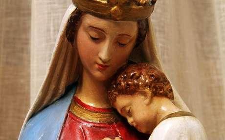 Estátua da Virgem Maria com o menino Jesus -