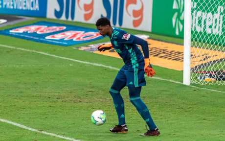 Hugo Souza em ação pelo Flamengo. Goleiro errou feio ao tentar sair jogando (Foto: Maga Jr/Ofotografico)