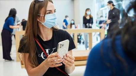 iPhone 12 Pro Max com capa para MagSafe (Imagem: Divulgação/Apple)