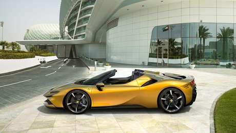 Ferrari SF90 Spider é o primeiro conversível híbrido plug-in da marca italiana.