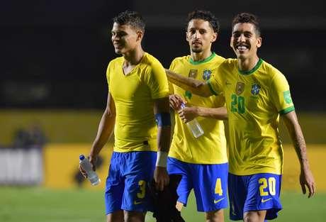 Thiago Silva, Roberto Firmino e Marquinhos comemoram após a partida