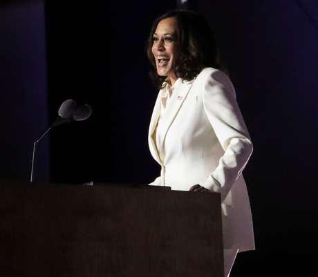 A vice-presidente eleita Kamala Harris em discurso durante celebração de vitória fora do Chase Center em Riverfront