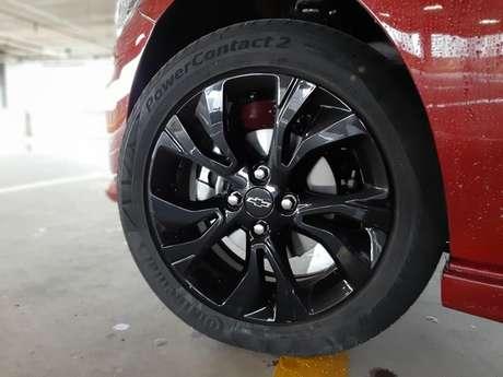 """Rodas de liga leve de 16"""" pintadas de preto garantem visual agressivo do Onix RS."""