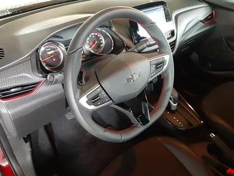 Interior do Onix RS é igual ao do Onix LTZ, com ótima multimídia e bons instrumentos.