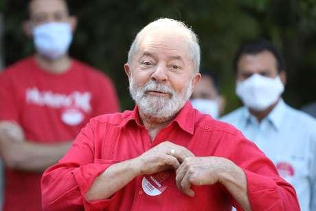 O ex-presidente Lula vota em zona eleitoral na cidade de São Bernardo do Campo (SP), neste domingo (15), dia do primeiro turno das eleições de 2020