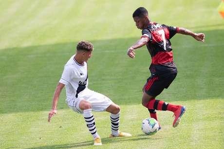 Max em ação pelo Flamengo na partida (Foto: Marcelo Cortes/CRF)
