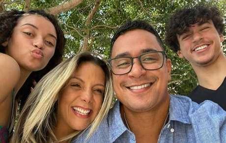 Carla Perez celebra o aniversário de 43 anos com fotos ao lado da família