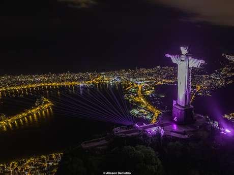 No Rio de Janeiro, o Cristo Redentor foi o ponto turístico escolhido para o show de laser