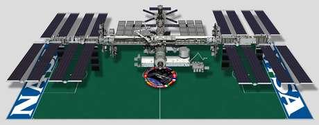 Parece grande mas o volume interno da ISS equivale ao de um Boeing 747, com tralhas penduradas em todas as paredes.