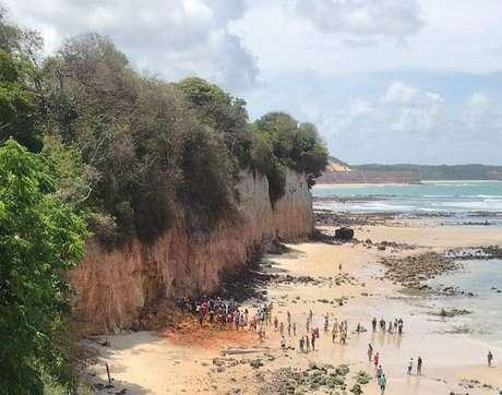 O casal, Stela e Hugo, além do filho de 7 meses, Sol, morreram soterrados no final da manhã desta terça-feira enquanto aproveitavam um dia de folga na praia