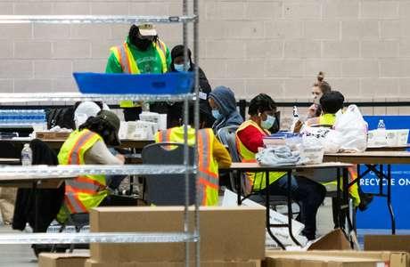Funcionários eleitorais contam votos enviados pelos correios, na Filadélfia, Pensilvânia 06/11/2020 REUTERS/Eduardo Muñoz