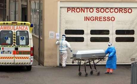 Remoção de vítima de coronavírus em hospital de Milão, norte da Itália