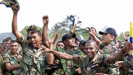 Os grupos paramilitares se desmobilizaram formalmente em 2005, durante o primeiro governo de Álvaro Uribe