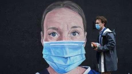 Máscaras reduzem o risco de alguém contaminado e assintomático transmitir a doença
