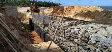O Hotel Tivoli EcoResort está fazendo uma mureta de pedra em frente ao mar, na praia do Porto de Baixo, com o objetivo de conter o avanço das águas
