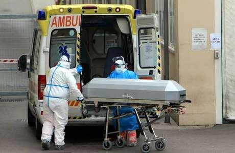 Remoção de vítima de coronavírus em hospital em Milão, norte da Itália
