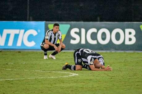 Jogadores do Botafogo lamentam gol do RB Bragantino (Foto: Nayra Halm/Fotoarena/Lancepress!)