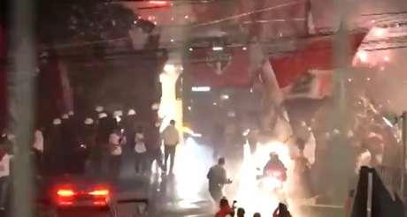 Torcedores receberam a delegação do São Paulo antes de jogo contra o Fla (Imagem: Twitter/@T_Independente)