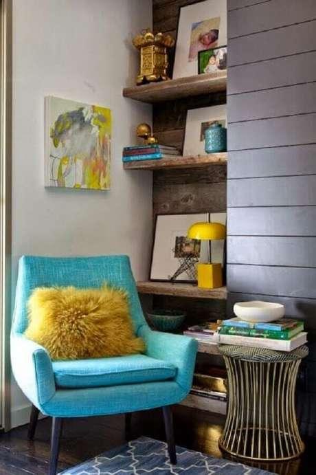 11. Invista na poltrona colorida para um toque jovem e divertido na sua decoração – Foto: Pinterest
