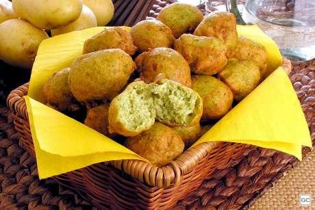 Guia da Cozinha - Bolinho de casca de batata com espinafre