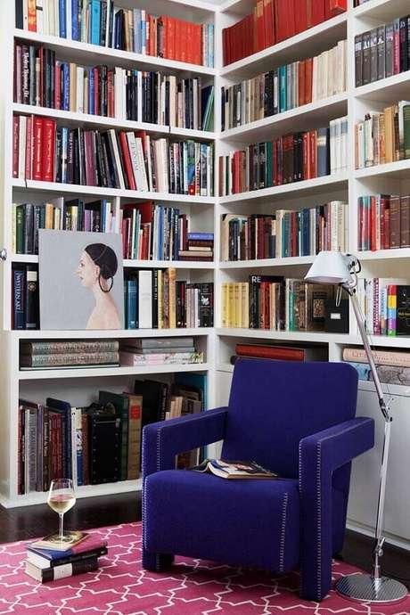 12. Cantinho de leitura decorado com poltrona colorida azul – Foto: Vintage & Chic