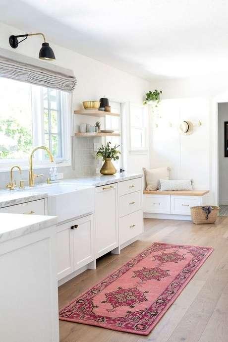 24. Cozinha branca com passadeira rosa – Via: Pinterest