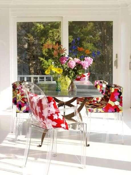 14. Sala de jantar clean decorada com poltronas coloridas com pés de acrílico – Foto: Houzz