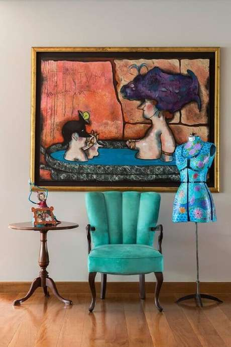 16. Poltrona colorida azul para decoração clássica com mesa lateral redonda – Foto: Casa de Valentina