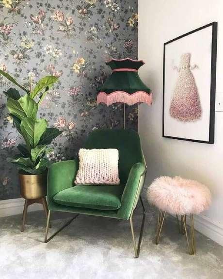 17. Decoração de sala com papel de parede floral e poltrona colorida verde – Foto: Etsy