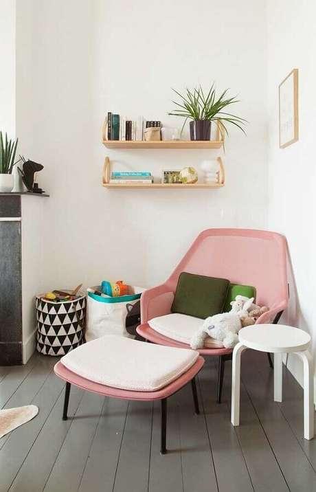 18. Decoração clean com poltrona colorida moderna cor de rosa – Foto: Jeito de Casa