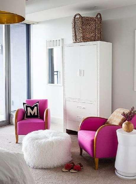 20. Quarto branco decorado com poltronas coloridas cor de rosa – Foto: Pinterest