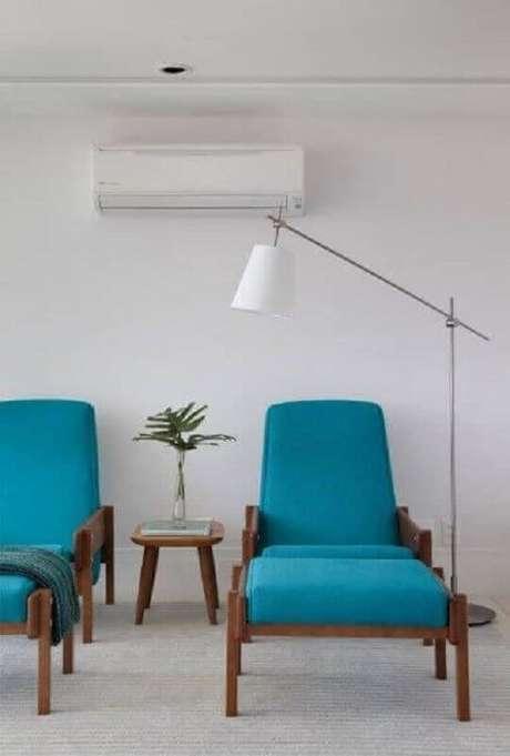 21. Sala branca decorada com luminária de chão e poltronas coloridas azuis – Foto: Pinterest