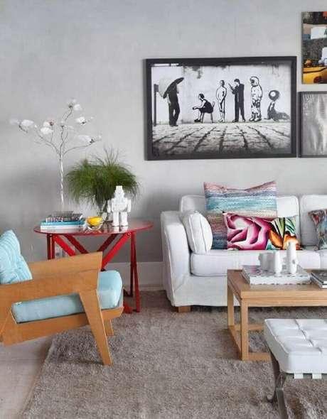 22. Sala cinza decorada com sofá branco e poltrona colorida de madeira com assento azul – Foto: Home Fashion Trend