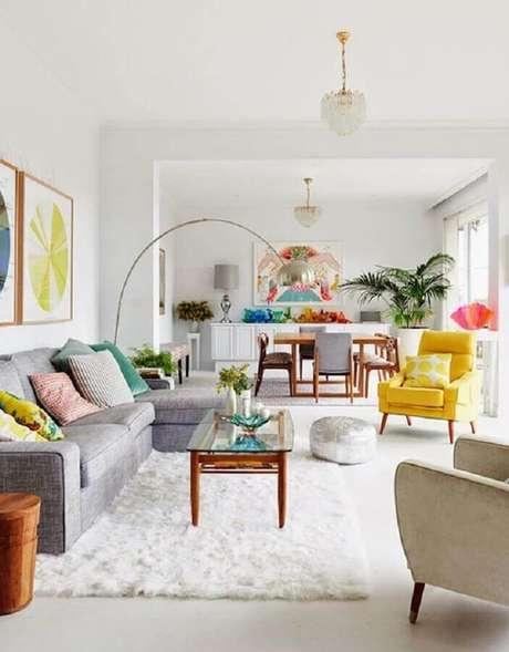 23. Sala clean decorada com sofá cinza com chaise e sofá colorido amarelo – Foto: Casa de Valentina