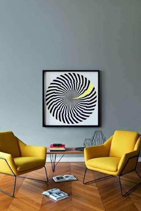 24. A decoração com poltronas decorativas coloridas garante um charme ao ambiente – Foto: Clem Around The Corner