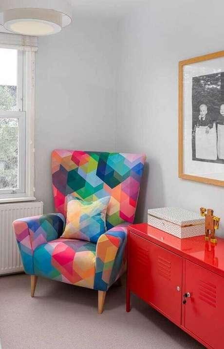 25. Poltrona colorida para ambiente decorado com buffet vermelho – Foto: Pinterest