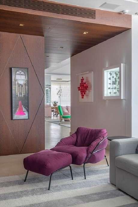 26. Decoração com poltrona colorida para sala moderna – Foto: Casa de Valentina