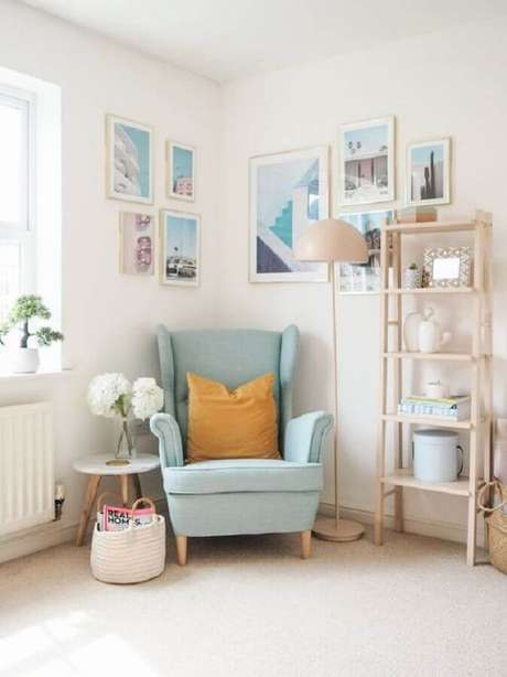 27. Decoração delicada com poltrona colorida azul claro – Foto: Apartment Therapy